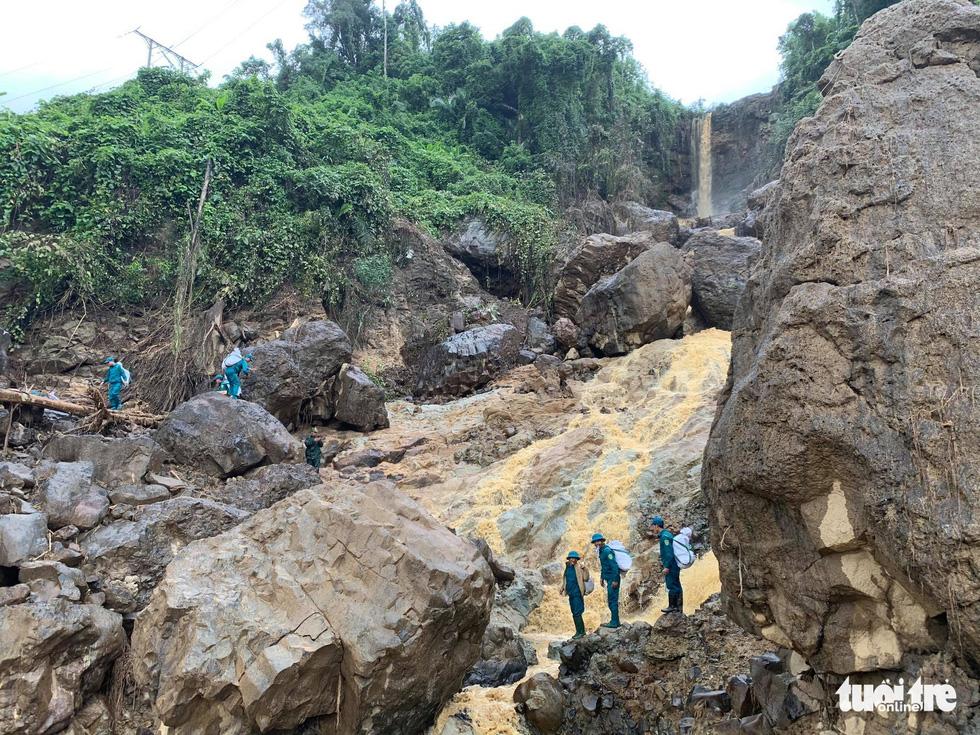 Cõng lương thực, nước uống vào vùng núi lở ứng cứu dân và công nhân thủy điện bị cô lập - Ảnh 8.