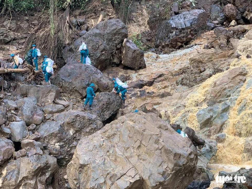 Cõng lương thực, nước uống vào vùng núi lở ứng cứu dân và công nhân thủy điện bị cô lập - Ảnh 9.