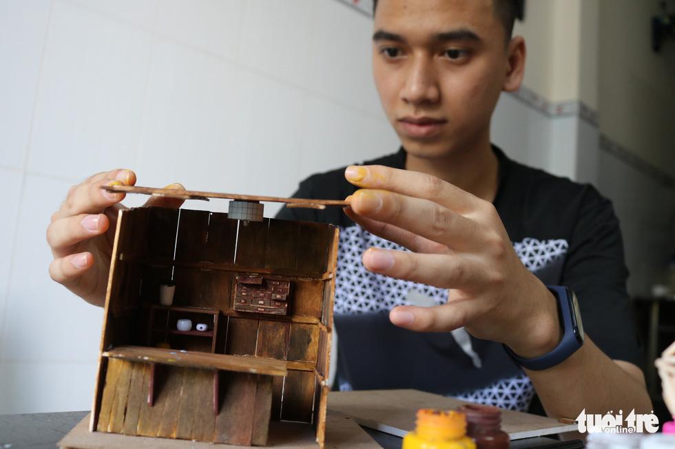 Thế giới tuổi thơ thu nhỏ qua mô hình gỗ, đất sét mini - Ảnh 1.