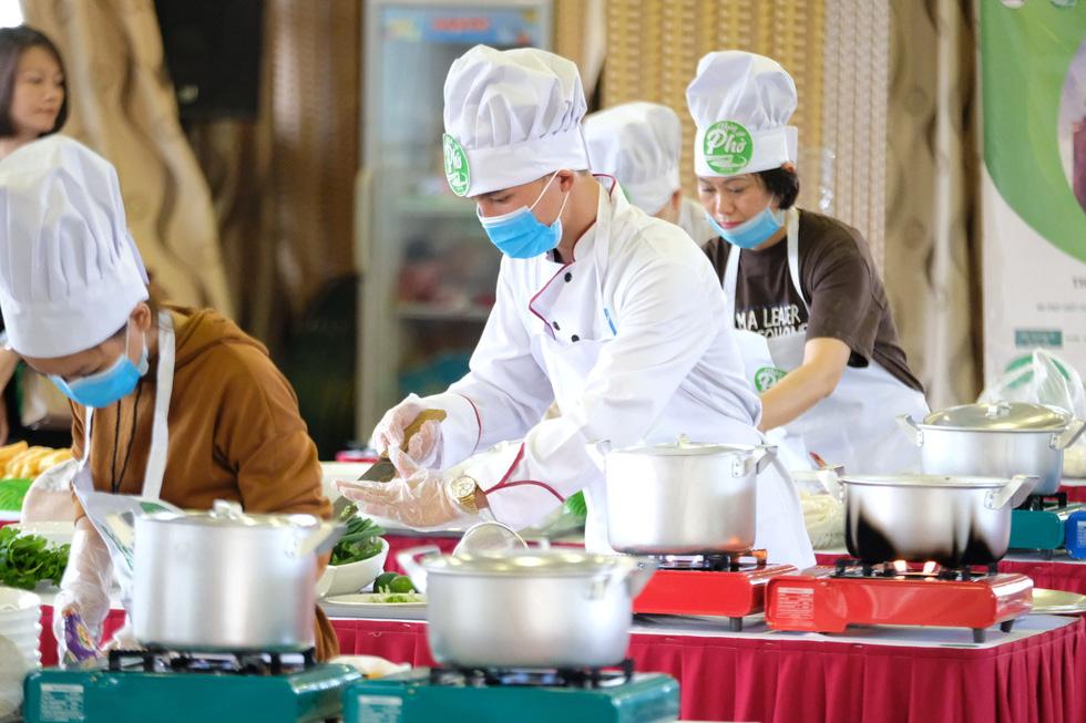 Đã mắt với vòng thi sơ khảo Đi tìm người nấu phở ngon tại Hà Nội - Ảnh 5.
