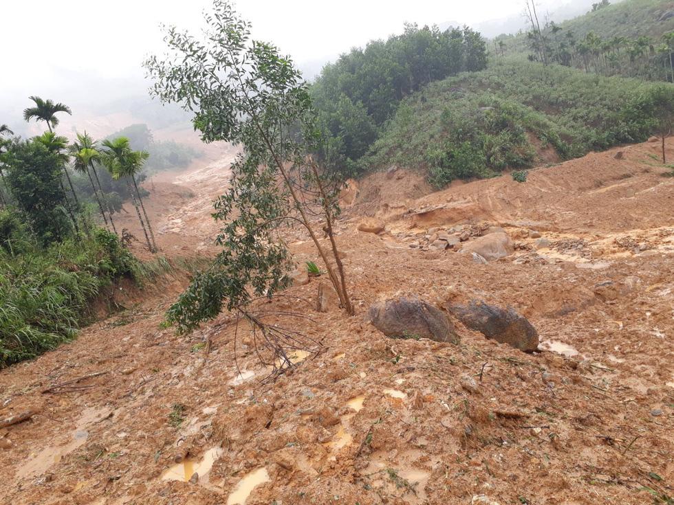 Sạt lở ở Quảng Ngãi, lũ bùn chảy như một dòng sông - Ảnh 1.