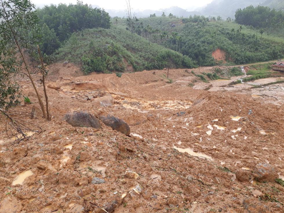Sạt lở ở Quảng Ngãi, lũ bùn chảy như một dòng sông - Ảnh 3.