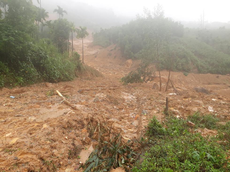 Sạt lở ở Quảng Ngãi, lũ bùn chảy như một dòng sông - Ảnh 5.