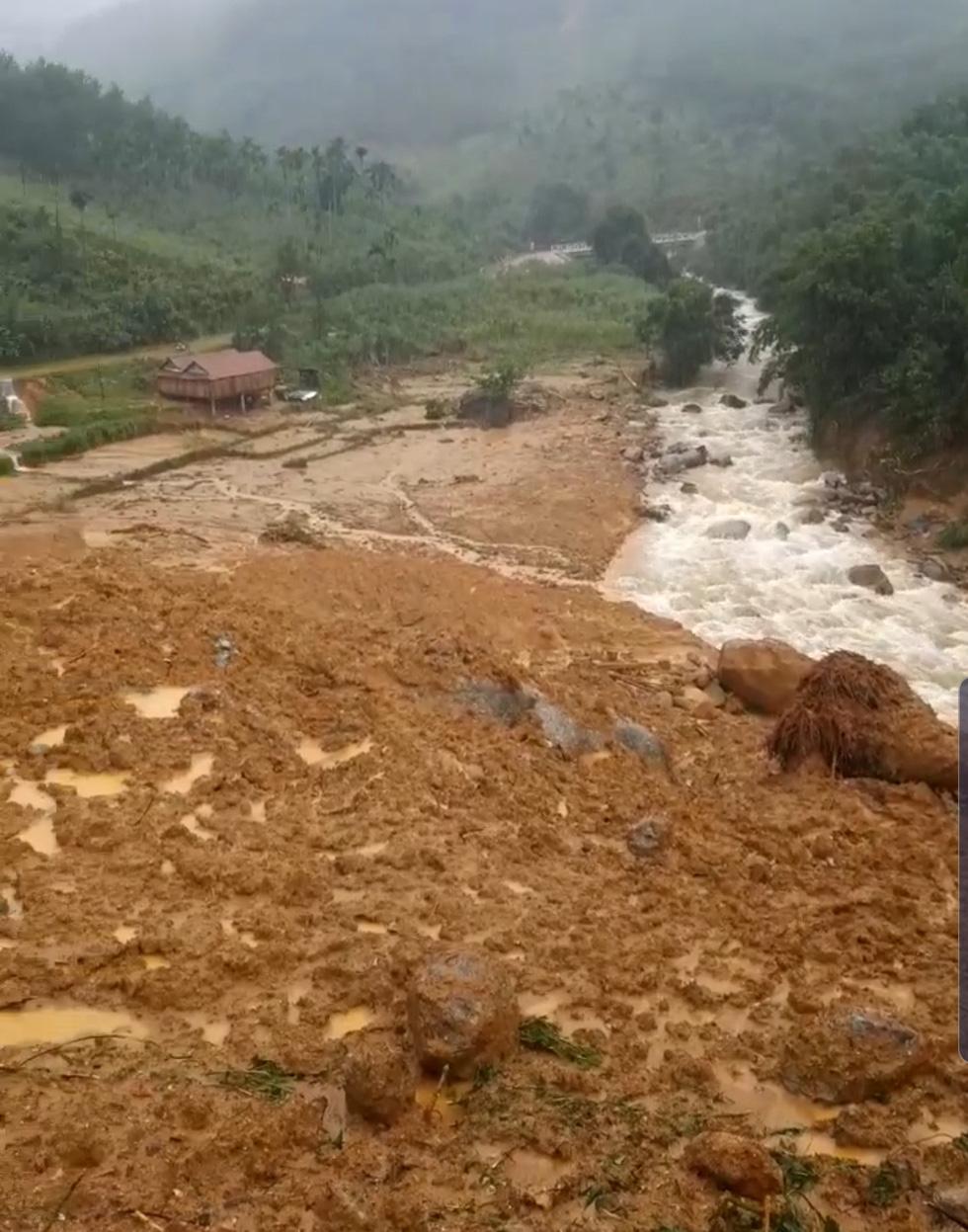 Sạt lở ở Quảng Ngãi, lũ bùn chảy như một dòng sông - Ảnh 4.