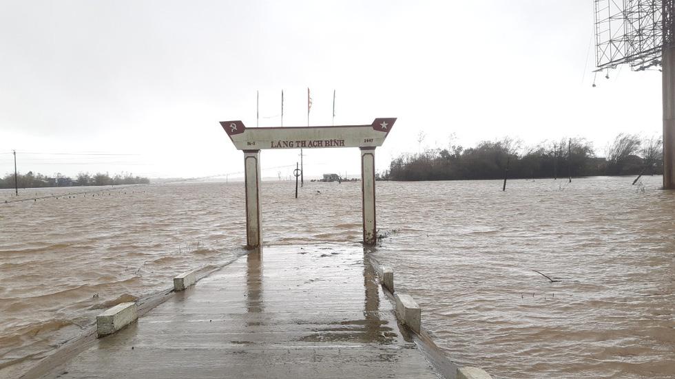 Mưa lớn, nước sông dâng quá nhanh, Quảng Nam lại ngập sâu - Ảnh 1.