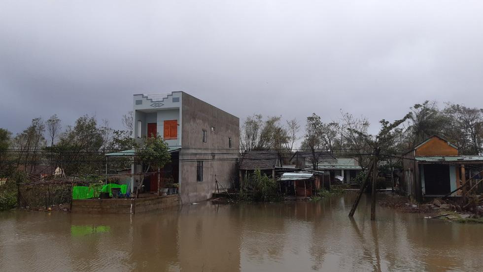 Mưa lớn, nước sông dâng quá nhanh, Quảng Nam lại ngập sâu - Ảnh 2.