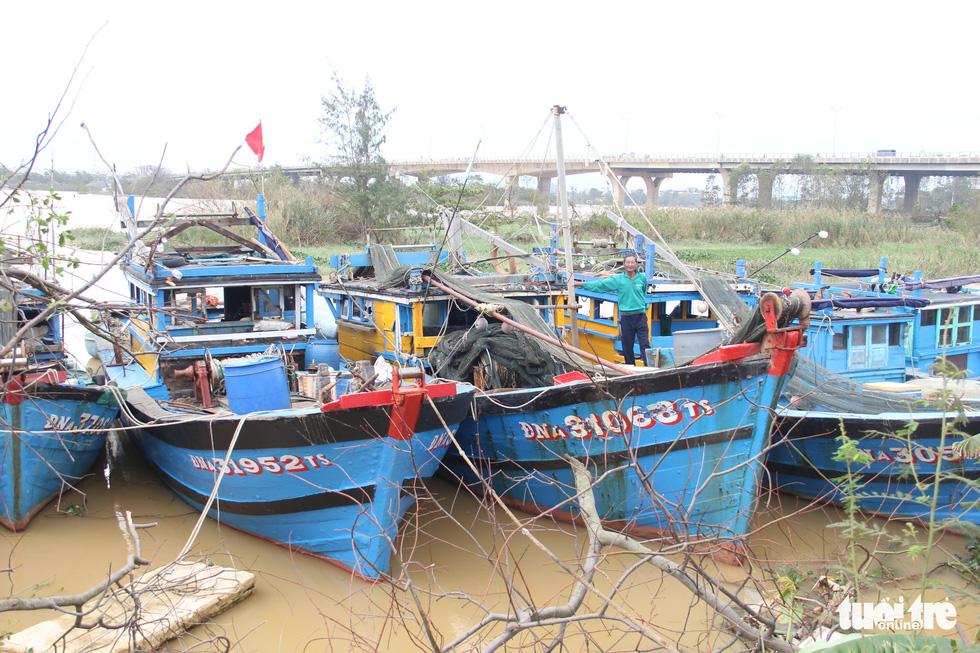 Ngư dân Đà Nẵng đưa thuyền vào sâu sông Hàn, nhường chỗ cho tàu tỉnh bạn trú bão - Ảnh 2.
