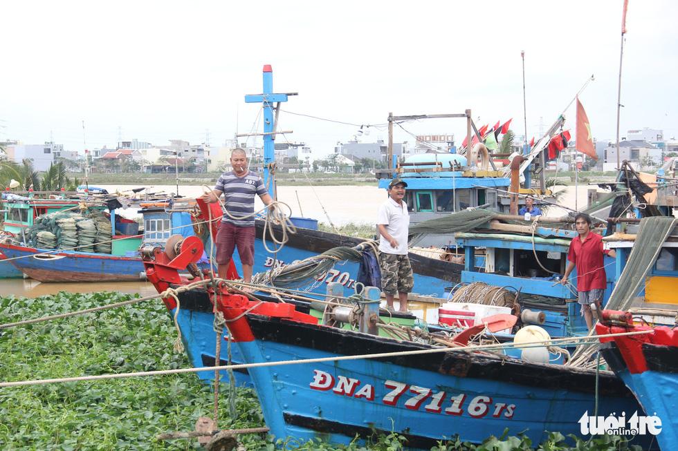 Ngư dân Đà Nẵng đưa thuyền vào sâu sông Hàn, nhường chỗ cho tàu tỉnh bạn trú bão - Ảnh 4.