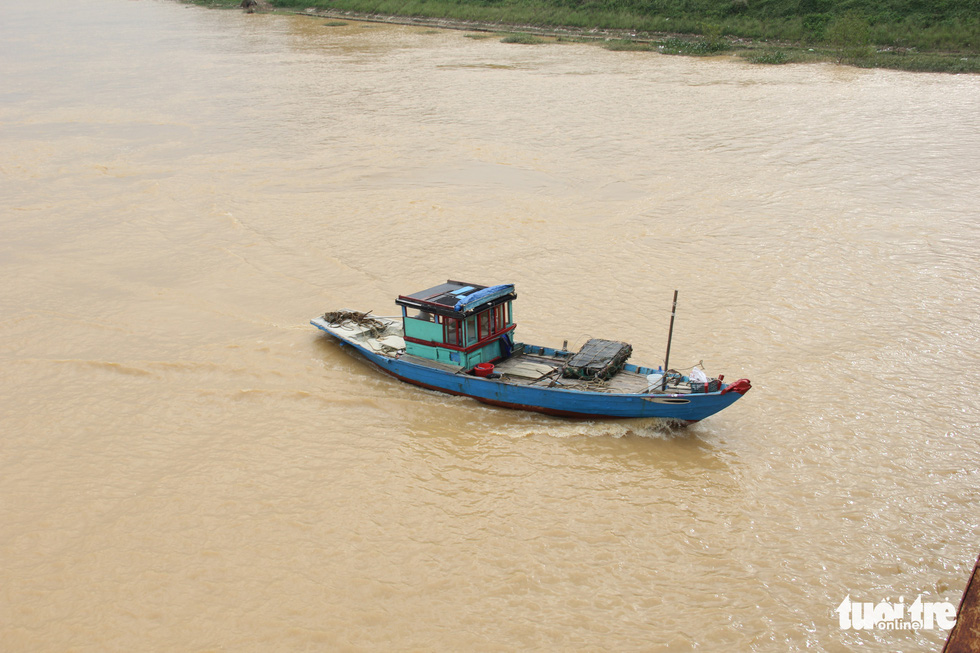 Ngư dân Đà Nẵng đưa thuyền vào sâu sông Hàn, nhường chỗ cho tàu tỉnh bạn trú bão - Ảnh 5.