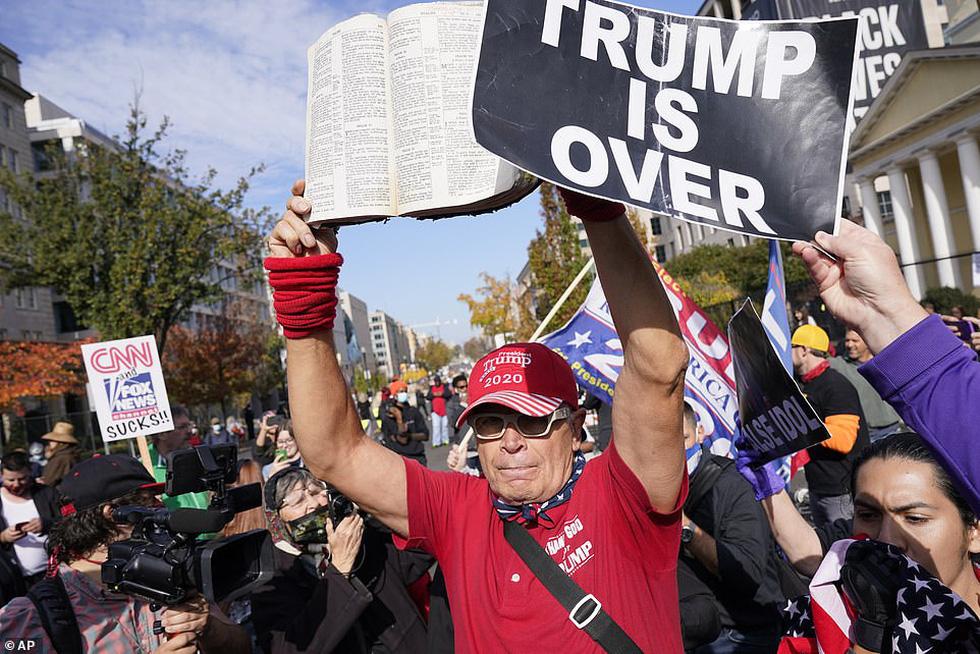 Người ủng hộ và người phản đối ông Trump đối đầu nhau ở thủ đô Washington - Ảnh 6.
