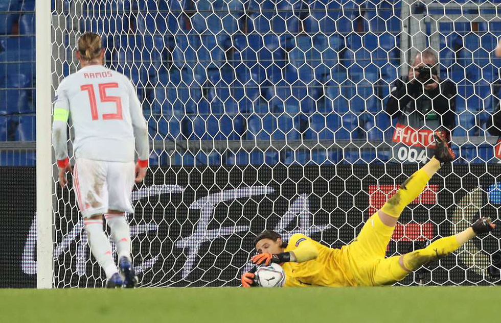 Ramos 2 lần đá hỏng phạt đền trong ngày lập kỷ lục - Ảnh 5.