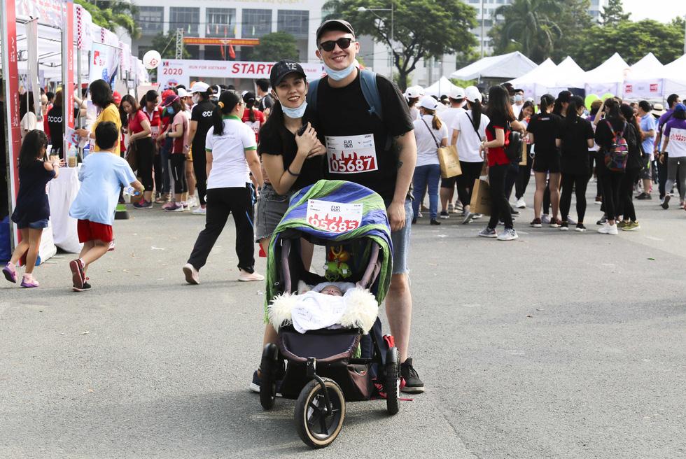 Em bé nằm xe nôi được bố mẹ cho dự giải chạy từ thiện - Ảnh 2.