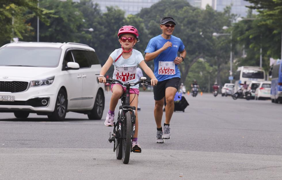 Em bé nằm xe nôi được bố mẹ cho dự giải chạy từ thiện - Ảnh 5.