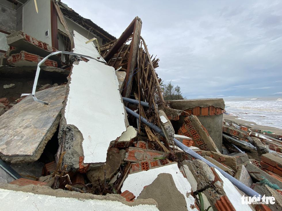 Sau bão, villa, nhà hàng dọc biển Hội An bị sóng đánh toác, sụp đổ - Ảnh 1.