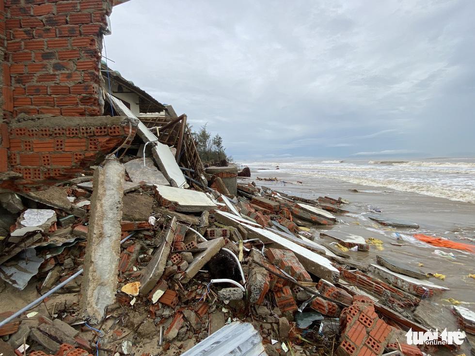Sau bão, villa, nhà hàng dọc biển Hội An bị sóng đánh toác, sụp đổ - Ảnh 12.