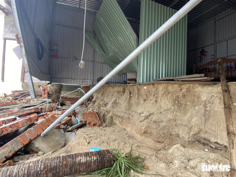 Sau bão, villa, nhà hàng dọc biển Hội An bị sóng đánh toác, sụp đổ - Ảnh 13.