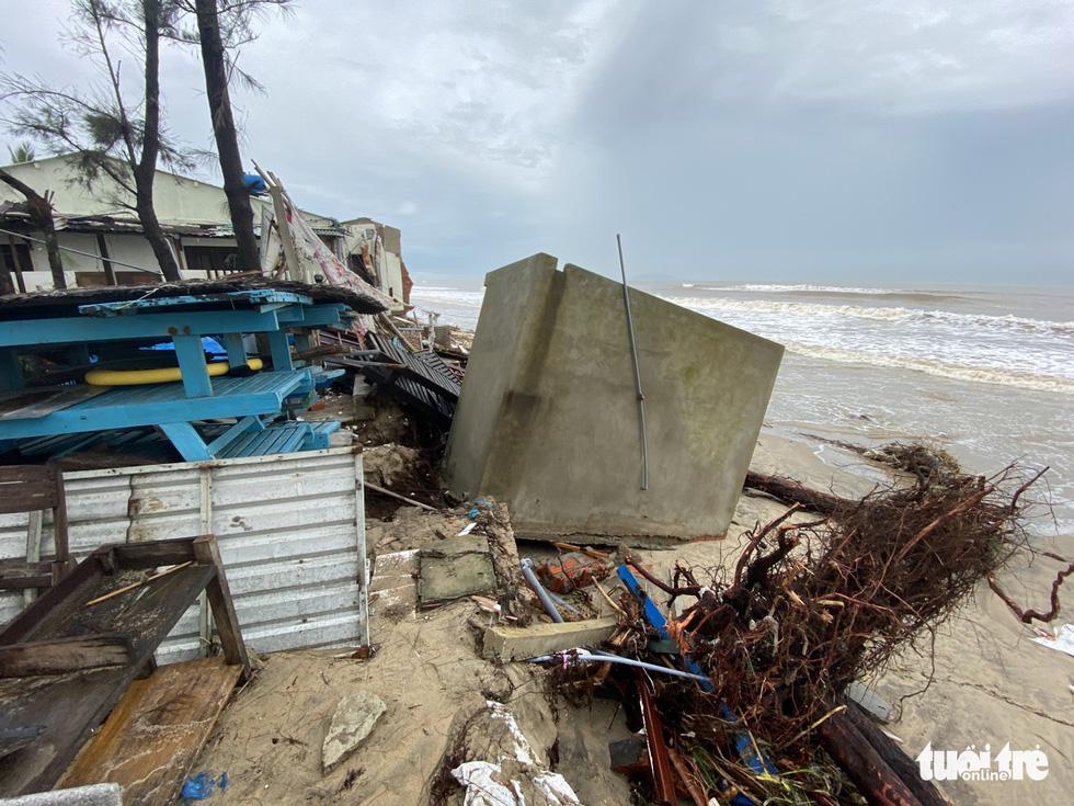 Sau bão, villa, nhà hàng dọc biển Hội An bị sóng đánh toác, sụp đổ - Ảnh 15.