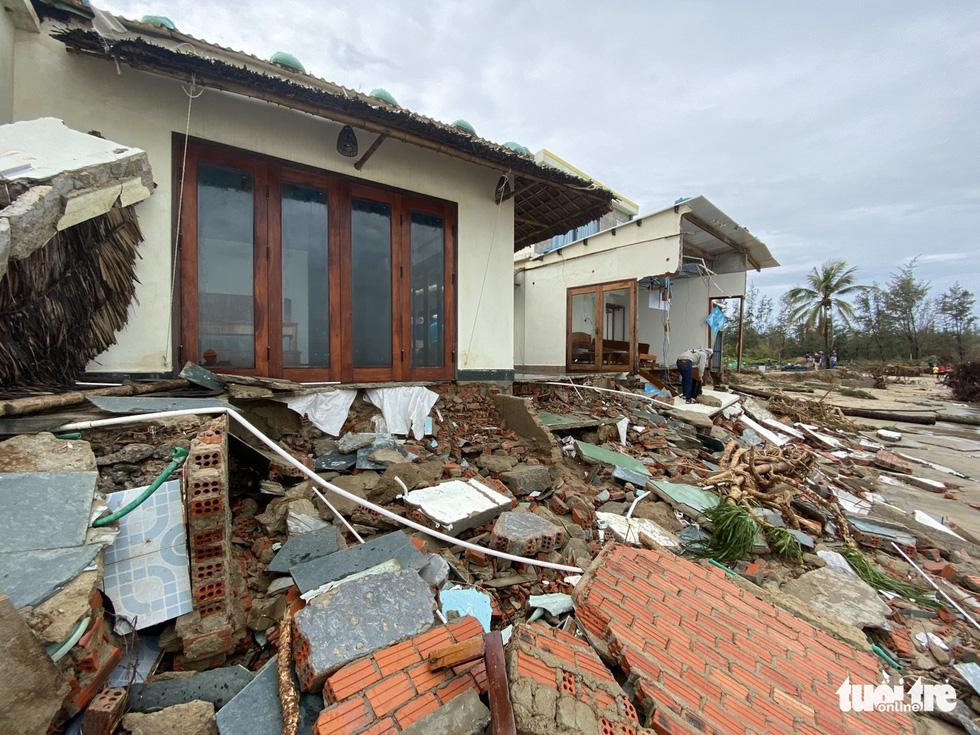 Sau bão, villa, nhà hàng dọc biển Hội An bị sóng đánh toác, sụp đổ - Ảnh 5.