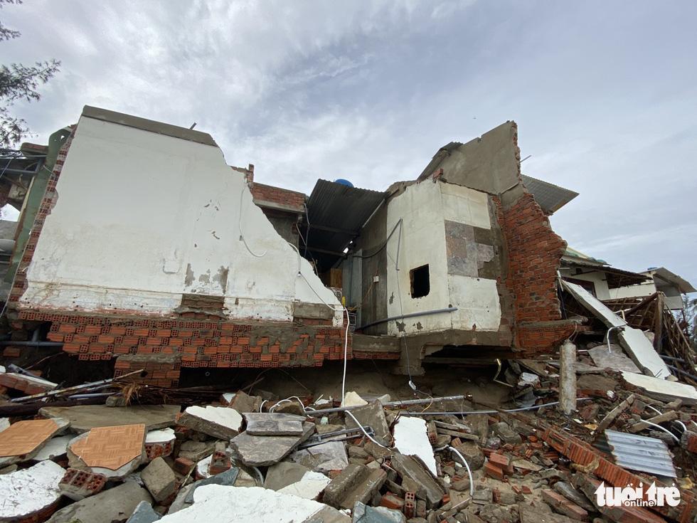 Sau bão, villa, nhà hàng dọc biển Hội An bị sóng đánh toác, sụp đổ - Ảnh 6.