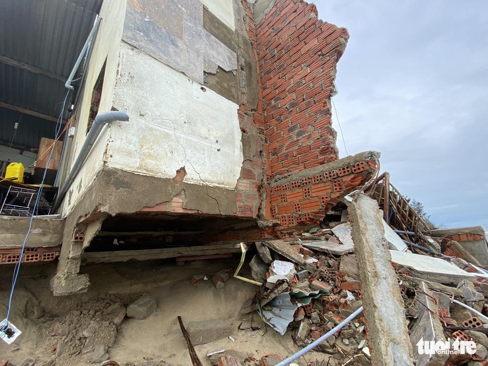 Sau bão, villa, nhà hàng dọc biển Hội An bị sóng đánh toác, sụp đổ - Ảnh 7.