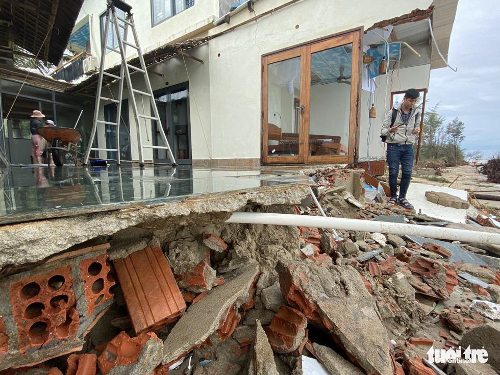 Sau bão, villa, nhà hàng dọc biển Hội An bị sóng đánh toác, sụp đổ - Ảnh 8.
