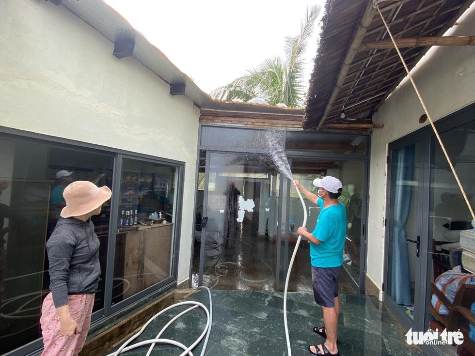 Sau bão, villa, nhà hàng dọc biển Hội An bị sóng đánh toác, sụp đổ - Ảnh 11.