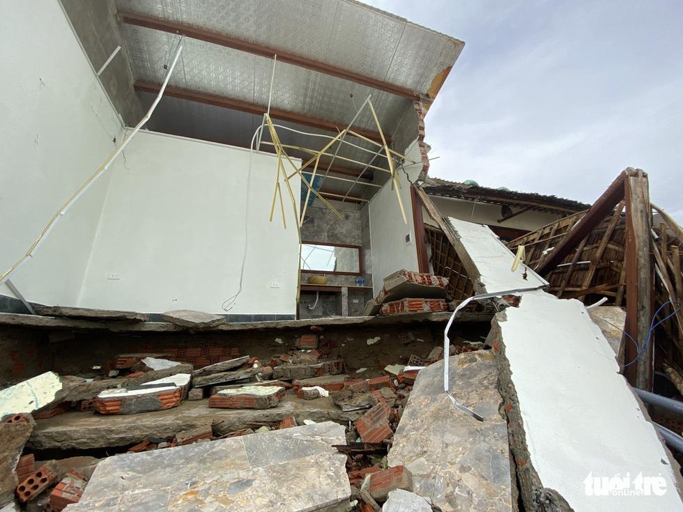 Sau bão, villa, nhà hàng dọc biển Hội An bị sóng đánh toác, sụp đổ - Ảnh 10.
