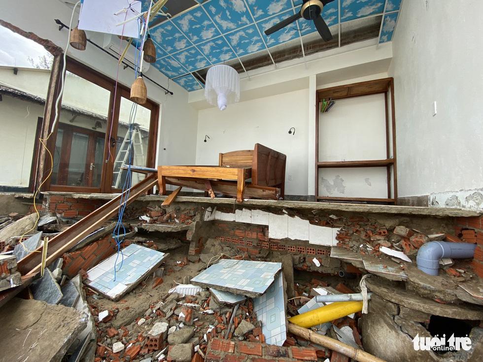 Sau bão, villa, nhà hàng dọc biển Hội An bị sóng đánh toác, sụp đổ - Ảnh 9.
