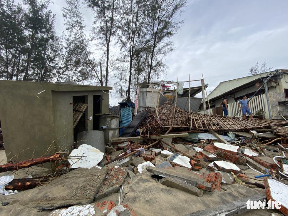 Sau bão, villa, nhà hàng dọc biển Hội An bị sóng đánh toác, sụp đổ - Ảnh 3.