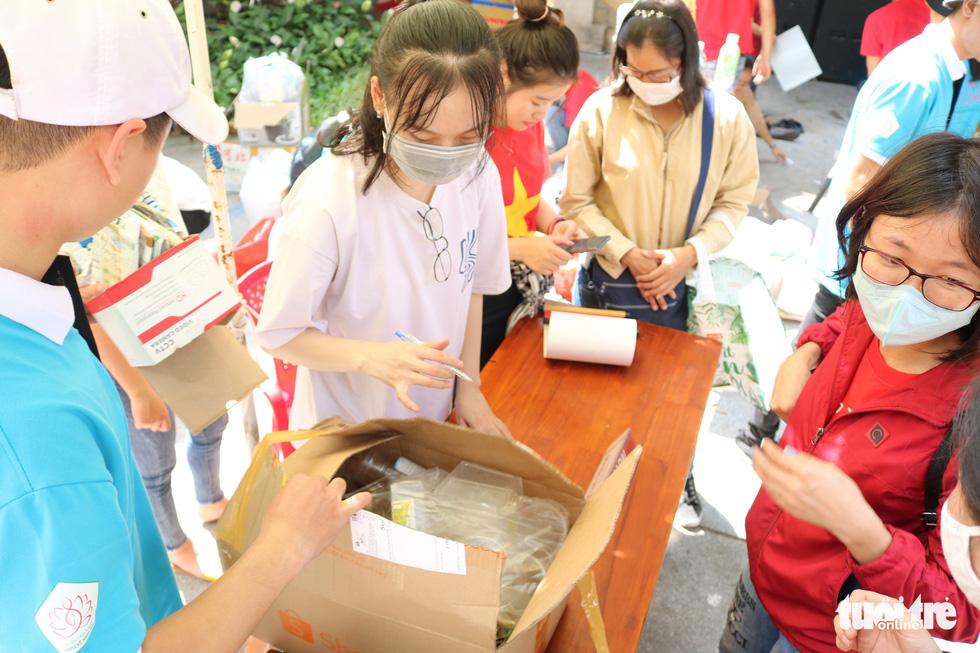 Đổi rác nhận cây xanh, làm gạch xây trường cho trẻ em nghèo - Ảnh 2.