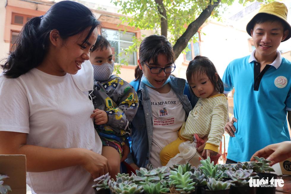 Đổi rác nhận cây xanh, làm gạch xây trường cho trẻ em nghèo - Ảnh 3.