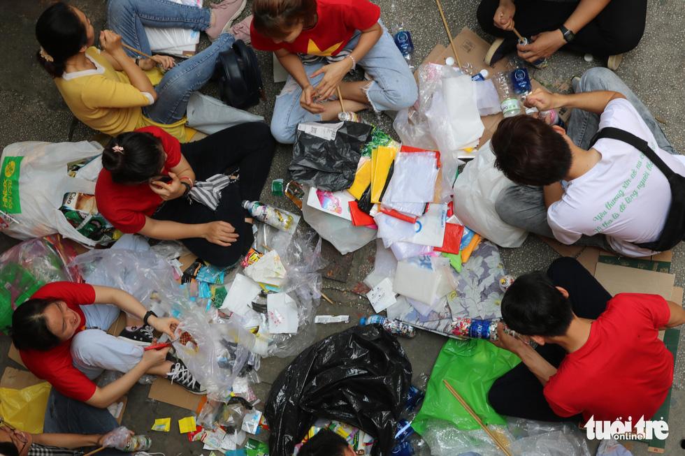 Đổi rác nhận cây xanh, làm gạch xây trường cho trẻ em nghèo - Ảnh 1.