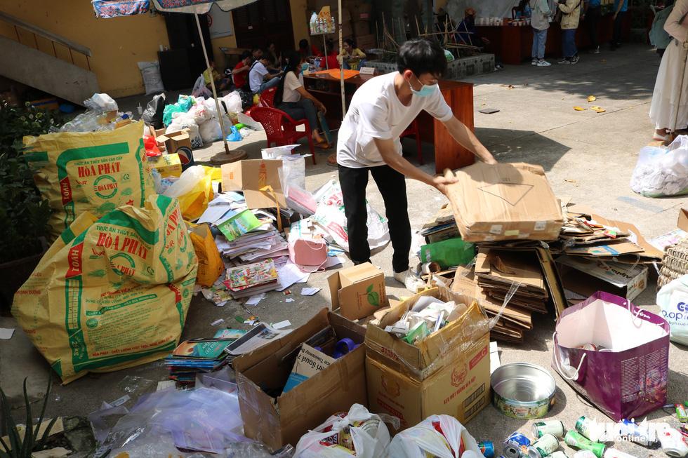 Đổi rác nhận cây xanh, làm gạch xây trường cho trẻ em nghèo - Ảnh 8.