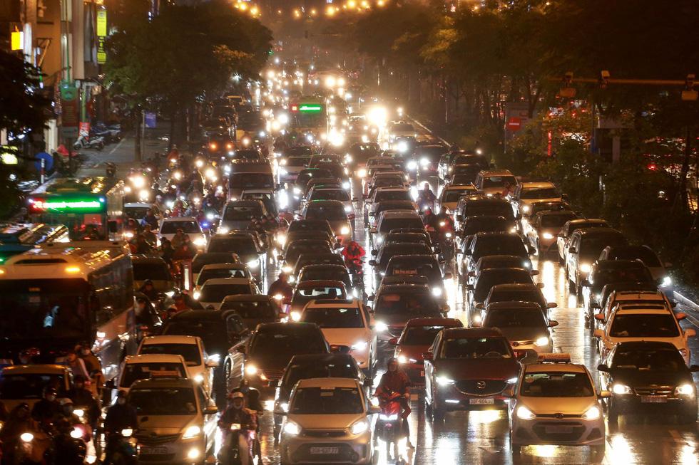Hà Nội mưa lớn, nhiều nơi tắc đường cả tiếng - Ảnh 7.