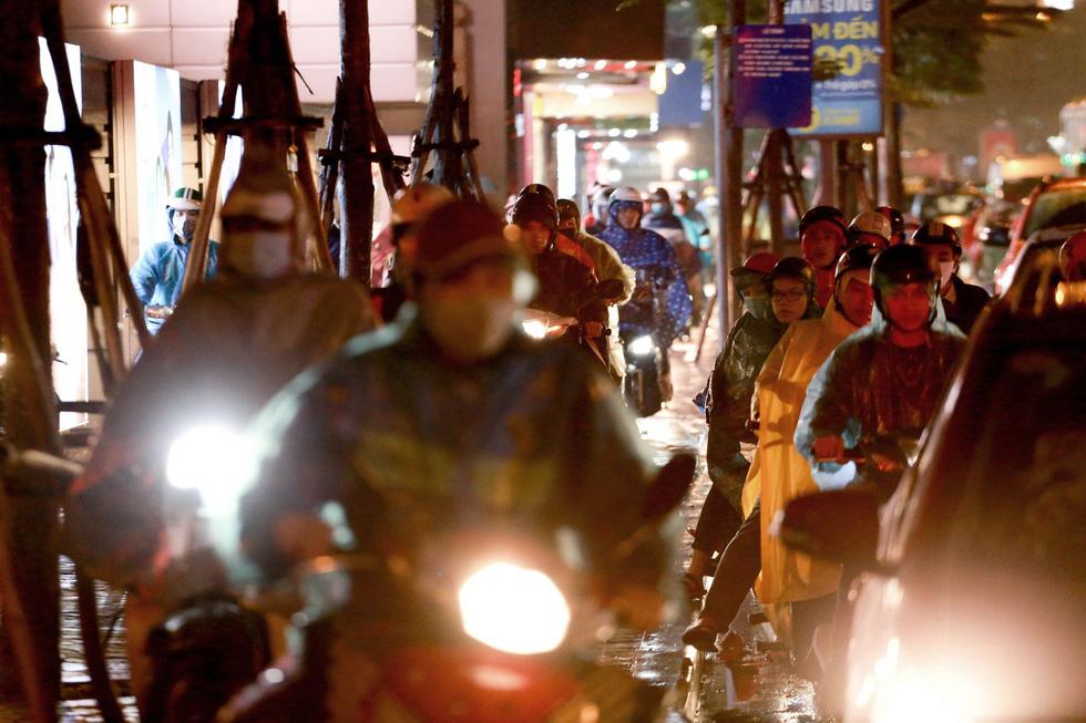 Hà Nội mưa lớn, nhiều nơi tắc đường cả tiếng - Ảnh 8.