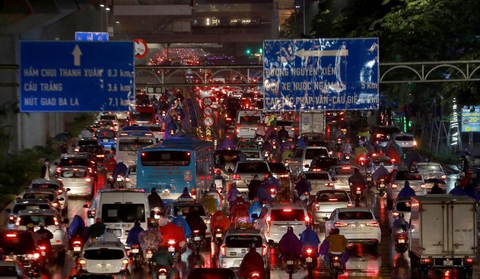 Hà Nội mưa lớn, nhiều nơi tắc đường cả tiếng - Ảnh 10.