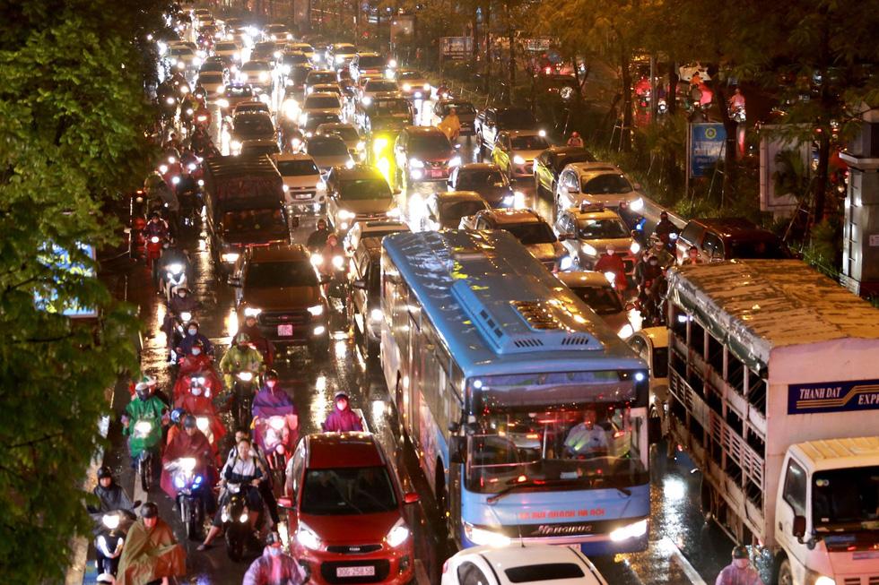 Hà Nội mưa lớn, nhiều nơi tắc đường cả tiếng - Ảnh 6.