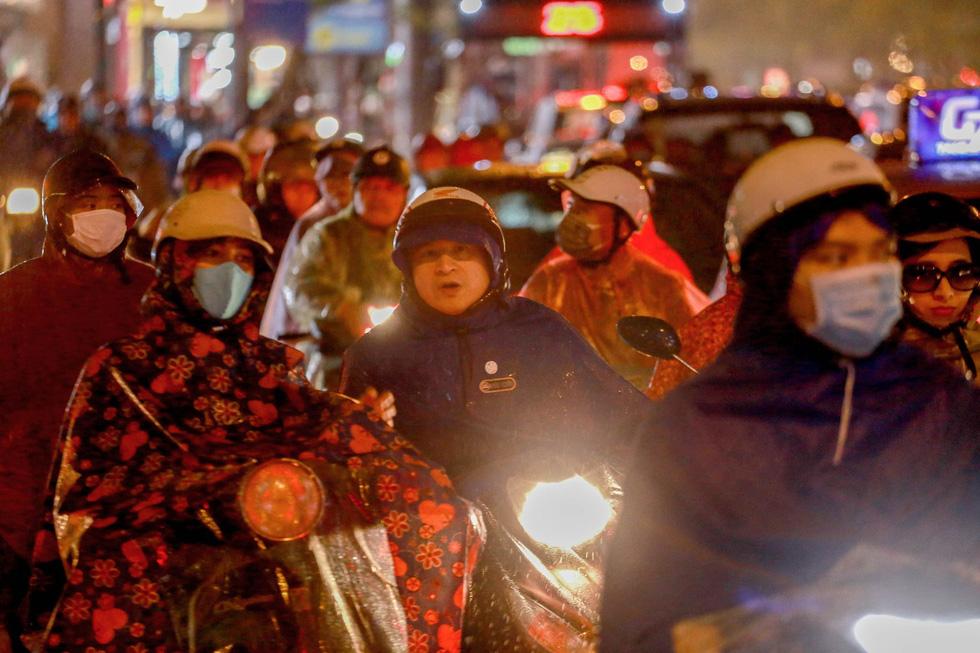 Hà Nội mưa lớn, nhiều nơi tắc đường cả tiếng - Ảnh 9.