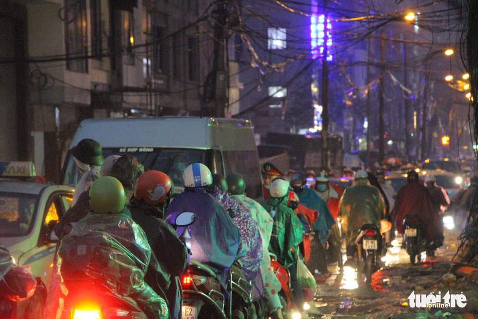 Hà Nội mưa lớn, nhiều nơi tắc đường cả tiếng - Ảnh 5.