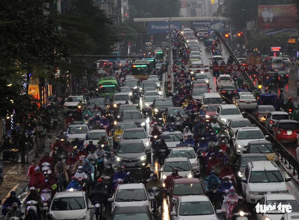 Hà Nội mưa lớn, nhiều nơi tắc đường cả tiếng - Ảnh 3.