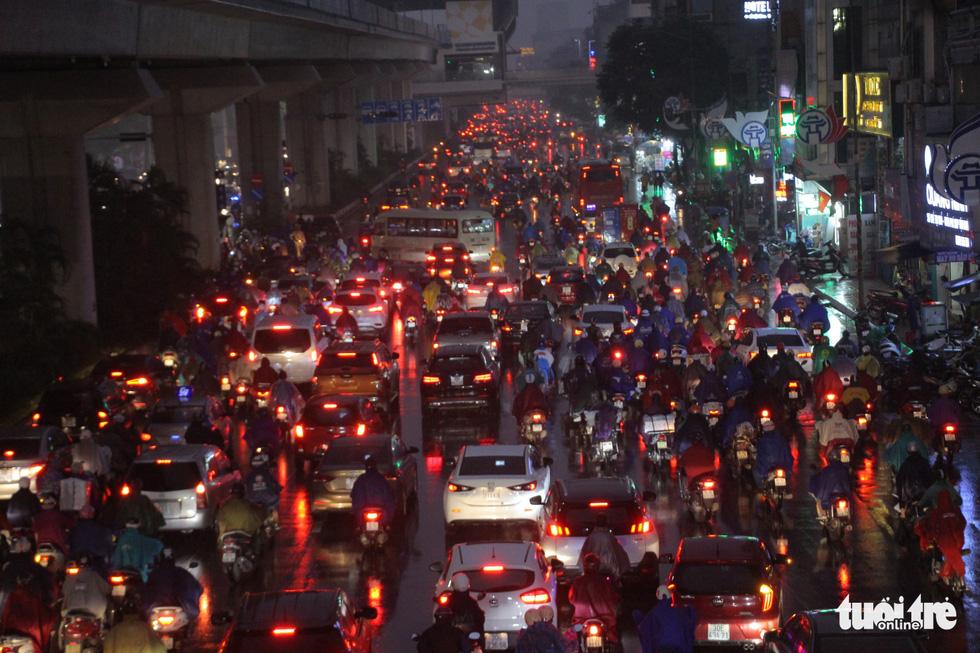 Hà Nội mưa lớn, nhiều nơi tắc đường cả tiếng - Ảnh 4.