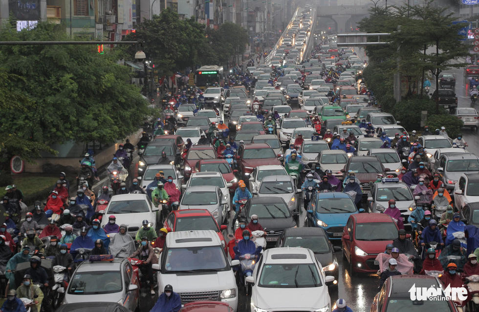 Hà Nội mưa lớn, nhiều nơi tắc đường cả tiếng - Ảnh 2.