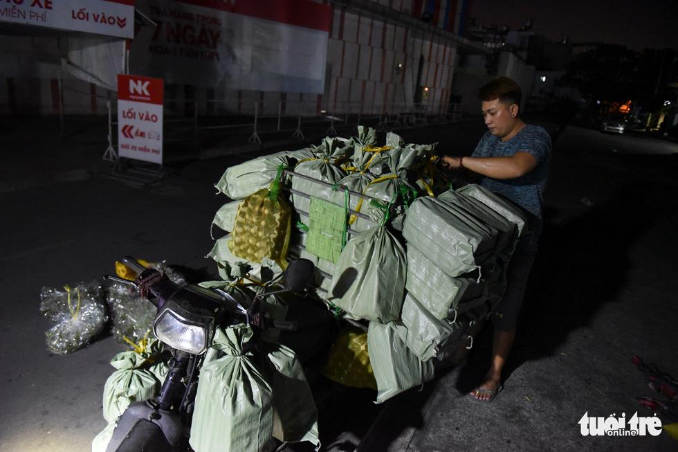 Chợ côn trùng bán châu chấu, cào cào, dế... trong 2 giờ mỗi sáng Sài Gòn - Ảnh 6.