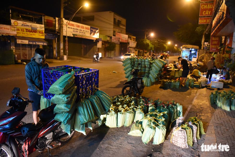 Chợ côn trùng bán châu chấu, cào cào, dế... trong 2 giờ mỗi sáng Sài Gòn - Ảnh 2.