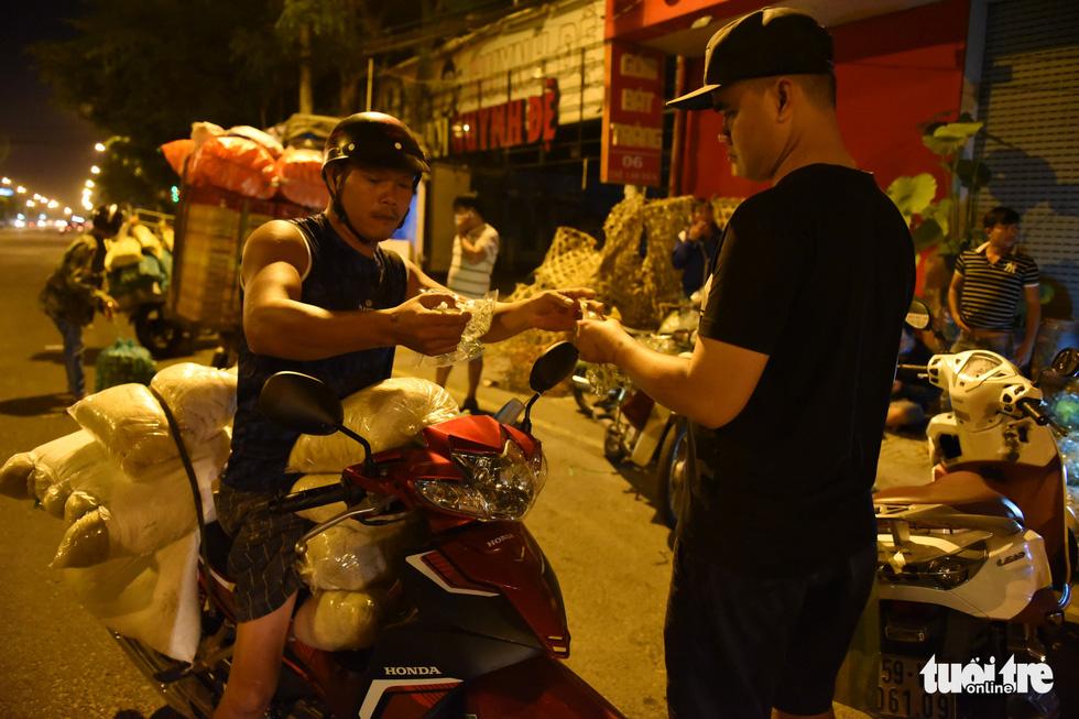 Chợ côn trùng bán châu chấu, cào cào, dế... trong 2 giờ mỗi sáng Sài Gòn - Ảnh 7.