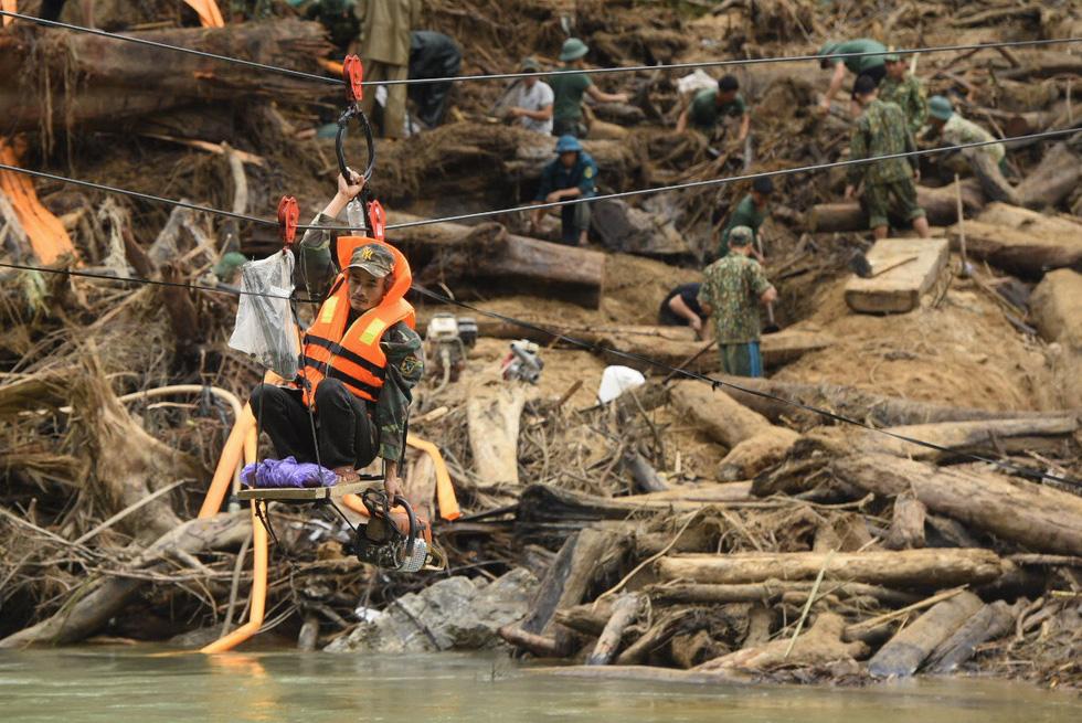Cào bùn, bới đất tìm tung tích nạn nhân còn mất tích ở Trà Leng - Ảnh 1.