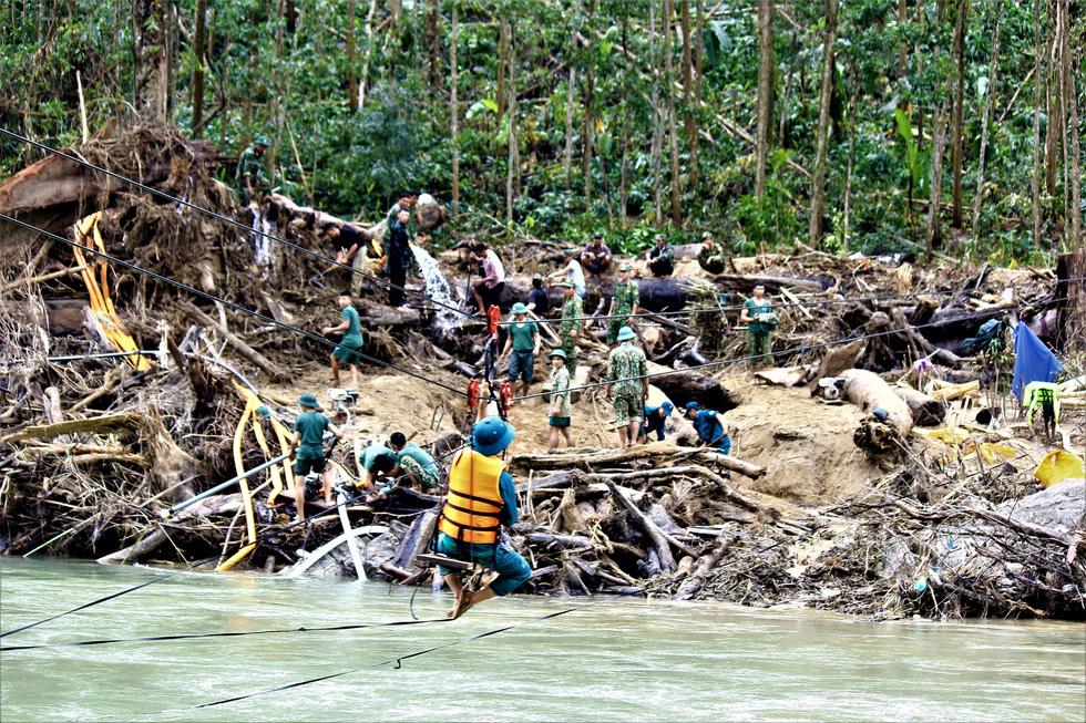 Cào bùn, bới đất tìm tung tích nạn nhân còn mất tích ở Trà Leng - Ảnh 2.