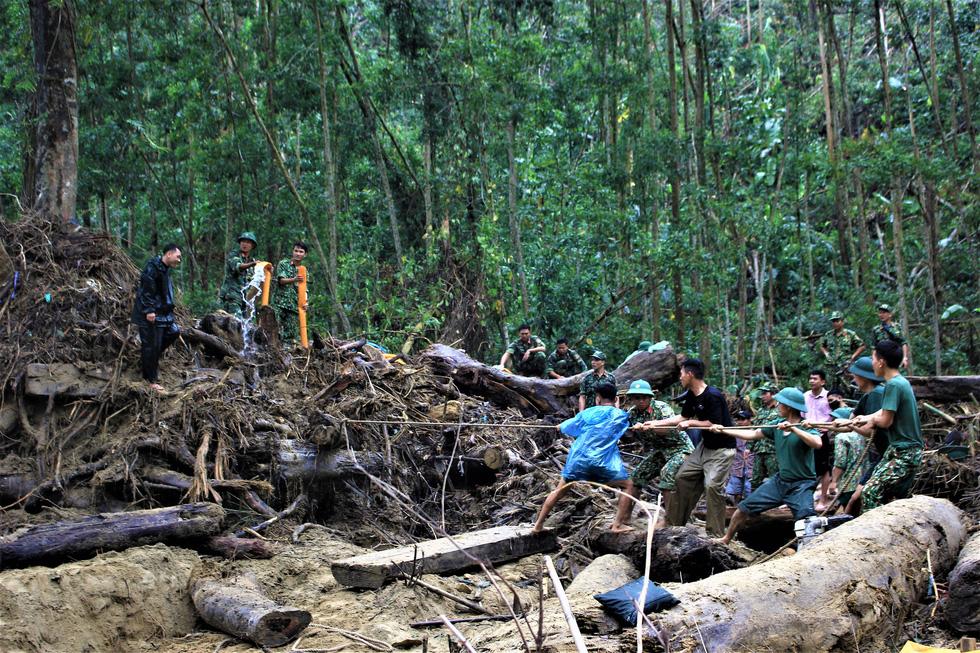 Cào bùn, bới đất tìm tung tích nạn nhân còn mất tích ở Trà Leng - Ảnh 3.