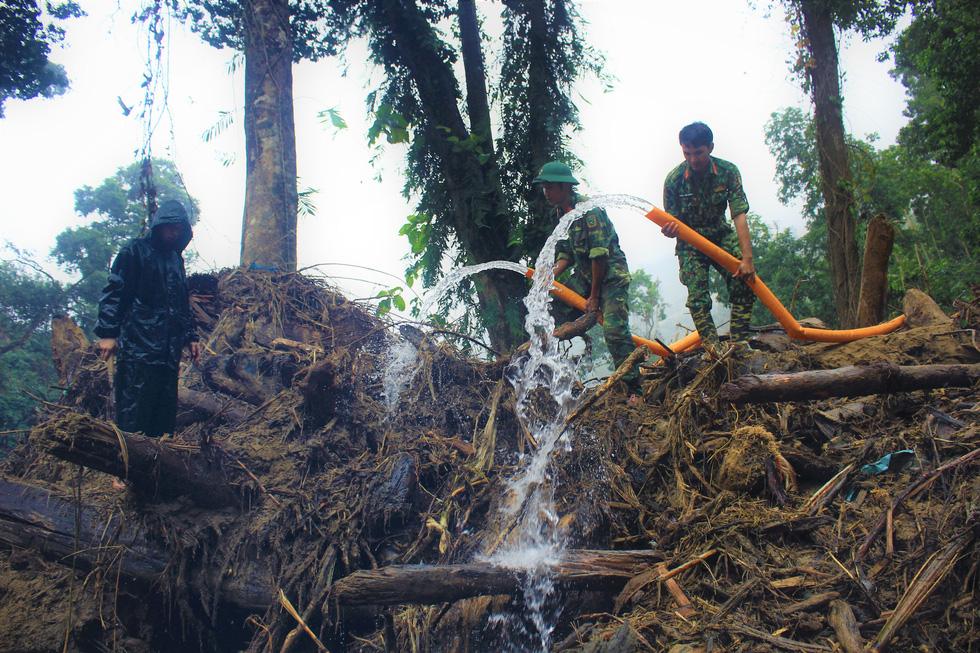 Cào bùn, bới đất tìm tung tích nạn nhân còn mất tích ở Trà Leng - Ảnh 4.