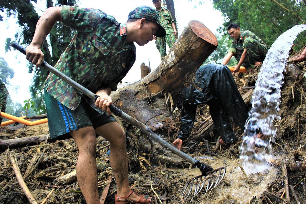 Cào bùn, bới đất tìm tung tích nạn nhân còn mất tích ở Trà Leng - Ảnh 6.